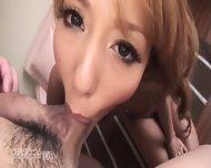 Petite asiatique filmée en POV pendant qu'elle suce