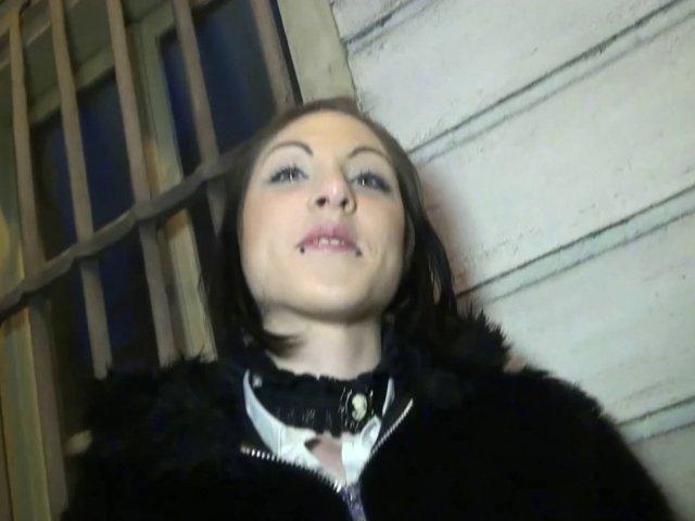 Une belle jeune secrétaire de 25 ans se tape deux mecs dans son appart