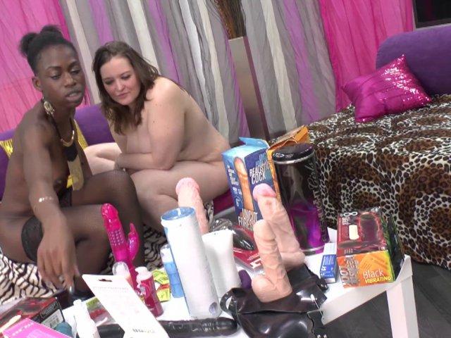 Ma copine black aime les soirées sextoys, moi aussi d'ailleurs !