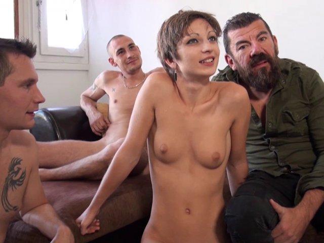 Ce mec sans scrupules offre sa femme à deux mecs supers excités