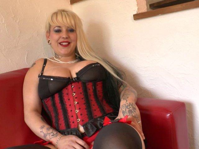 Cette grosse blonde aux formes gourmandes teste le porno gonzo