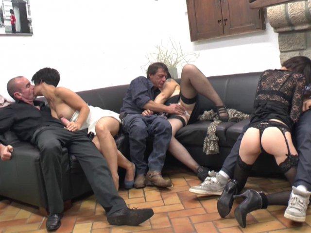 Quatre mecs s'échangent leurs femmes et les baisent comme de belles grandes salopes